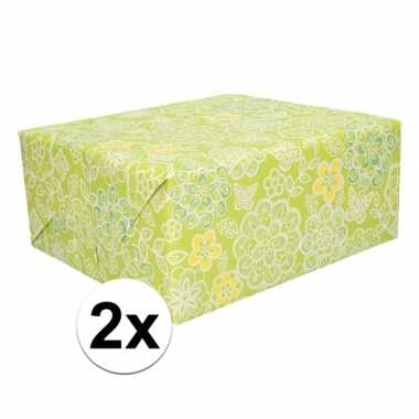 2x cadeaupapier groen met bloemen 200 x 70 cm op rol