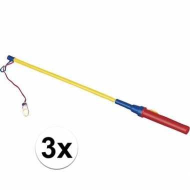 3 lampionnen lichtjes aan een stok