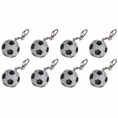 8x voetbal sleutelhangers met licht en geluid 3,5 cm