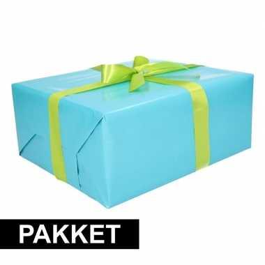 Aqua inpakpapier pakket met lichtgroen lint en plakband