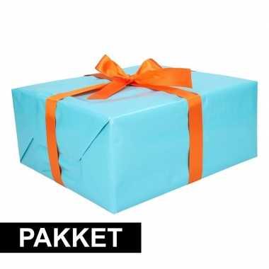 Aqua inpakpapier pakket met oranje lint en plakband
