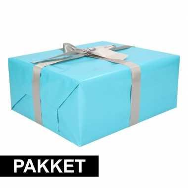 Aqua inpakpapier pakket met zilver lint en plakband
