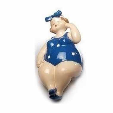 Beeld zittende dikke dame met blauw/wit badpak 12 cm