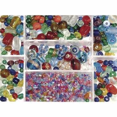 Bewaardoosje met gekleurde glaskralen