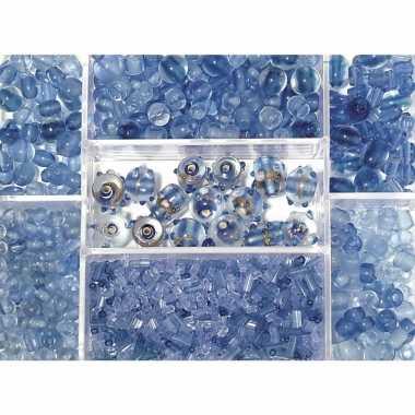 Bewaardoosje met lichtblauwe glaskralen