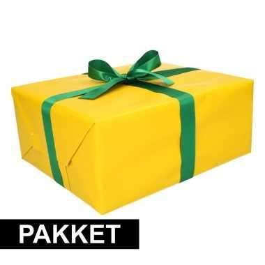 Geel inpakpapier pakket met donkergroen lint en plakband