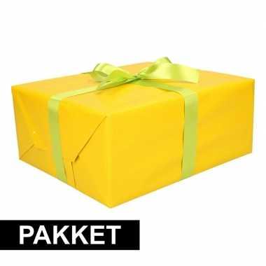 Geel inpakpapier pakket met lichtgroen lint en plakband