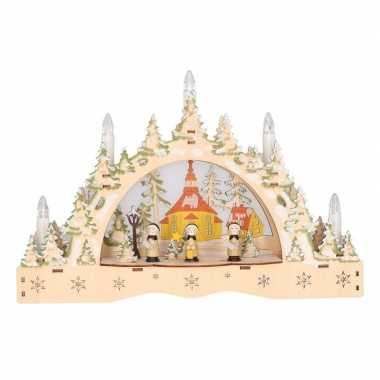 Kaarsenbrug met kerk voor vensterbank