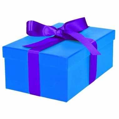 Kerst cadeautje blauw met paarse strik 21 cm