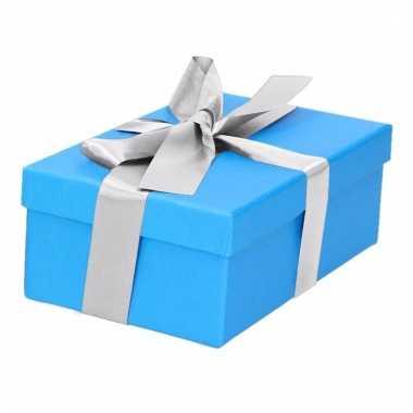Kerst cadeautje blauw met zilveren strik 15 cm