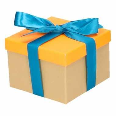 Kerst cadeautje oranje met blauwe strik 15 cm