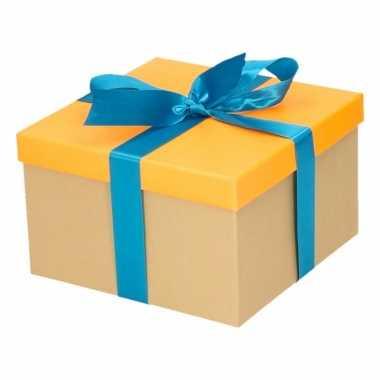 Kerst cadeautje oranje met blauwe strik 16 cm