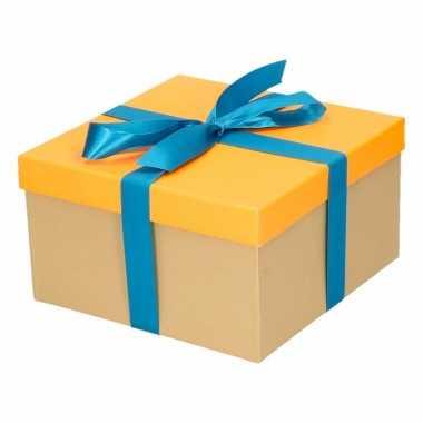 Kerst cadeautje oranje met blauwe strik 19 cm