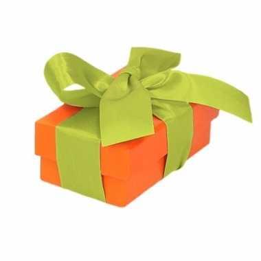 Kerst cadeautje oranje met lichtgroene strik 8 cm