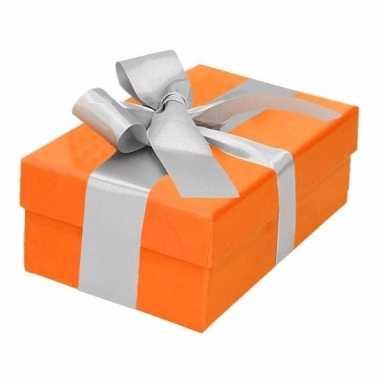 Kerst cadeautje oranje met zilveren strik 13 cm