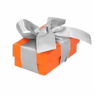 Kerst cadeautje oranje met zilveren strik 8 cm