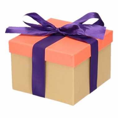 Kerst cadeautje zalmroze met paarse strik 13 cm