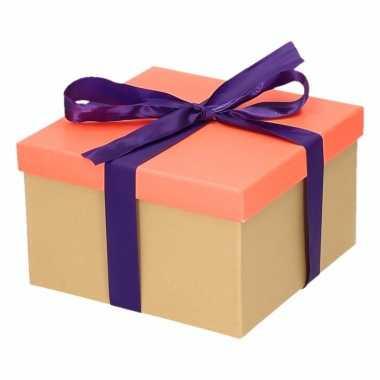 Kerst cadeautje zalmroze met paarse strik 16 cm