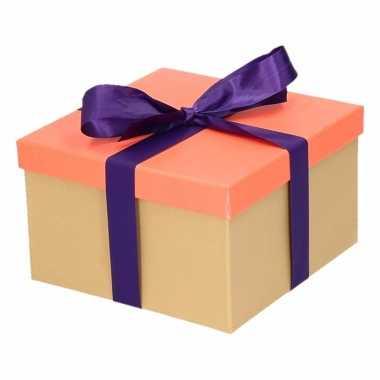 Kerst cadeautje zalmroze met paarse strik 19 cm