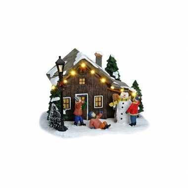 Kersthuisje met sneeuwpop