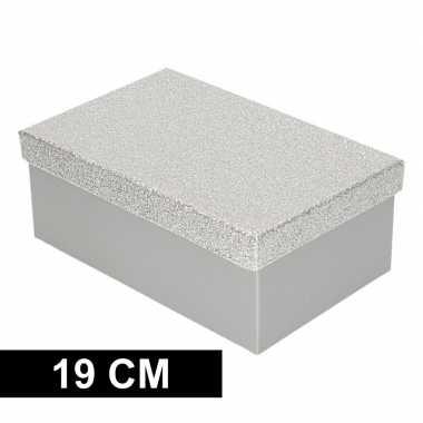 Kerstversiering kadodoosje/cadeaudoosje zilver/glitter 19 cm