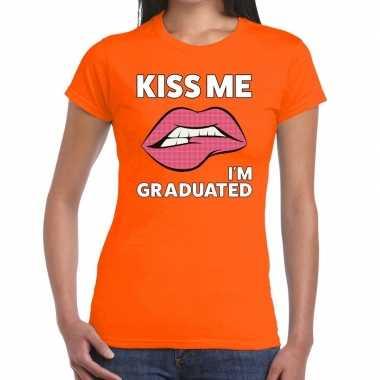 Kiss me i am gratuaded t-shirt oranje dames