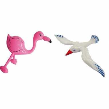 Opblaasbare flamingo en meeuw