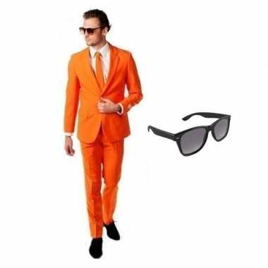 Oranje heren kostuum maat 56 (3xl) met gratis zonnebril