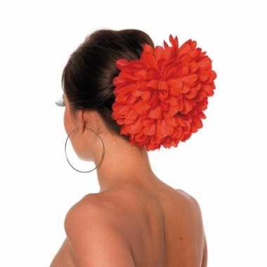 Rode bloemenklem voor in het haar