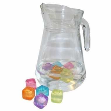 Schenkkan 1,3 liter met gekleurde ijsblokjes