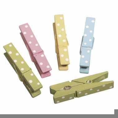Wasknijpers van hout in verschillende kleuren met stippen