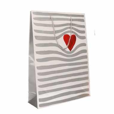 Wit cadeautasje met hartje voor valentijn 34 x 25 cm