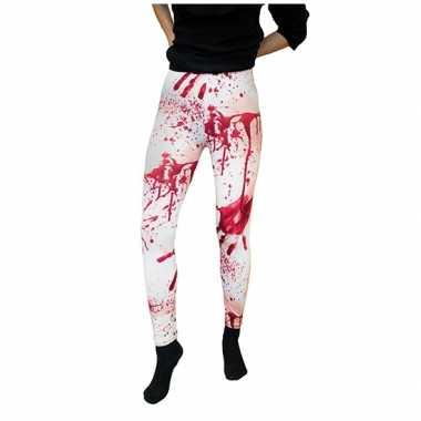 Witte legging met bloedvlekken