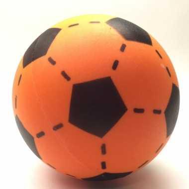 Zachte voetbal oranje gekleurd 20 cm