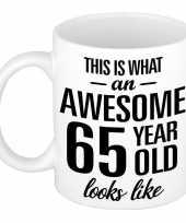 Awesome 65 year cadeau mok beker 300 ml trend