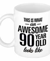 Awesome 90 year cadeau mok beker 300 ml trend
