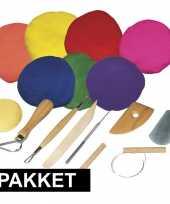 Boetseren klei pakket met gekleurde klei en gereedschap trend