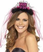 Bride to be tiara met roze sluier trend