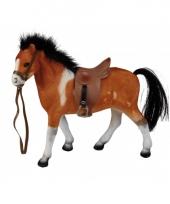 Bruin paard met zadel 23 cm trend