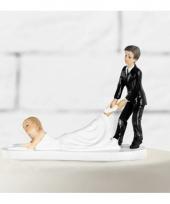 Caketopper bruidspaar slepende bruid trend