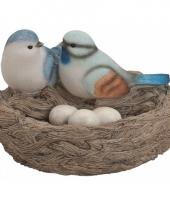 Decoratie vogelnest met gekleurde vogels en eitjes blauw trend