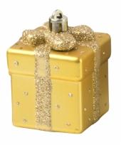 Gouden kerstbal in cadeau vorm trend