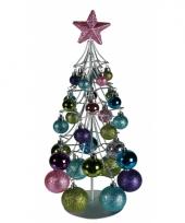 Kerstboompje met pastel kleuren ballen trend