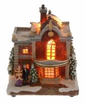Kersthuisje met man en vrouw met verlichting trend