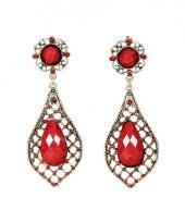 Koningin oorbellen met 3 geslepen rode stenen trend