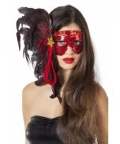 Luxe oogmasker met rode pailletten en veren trend