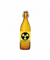 Oranje fles met gifdrank en radioactive etiket trend
