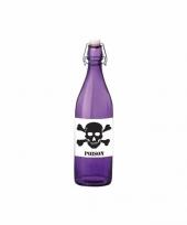 Paarse fles met gifdrank en poison etiket trend