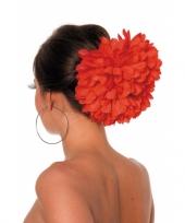 Rode bloemenklem voor in het haar trend
