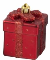 Rode kerstbal in vorm van cadeautje trend